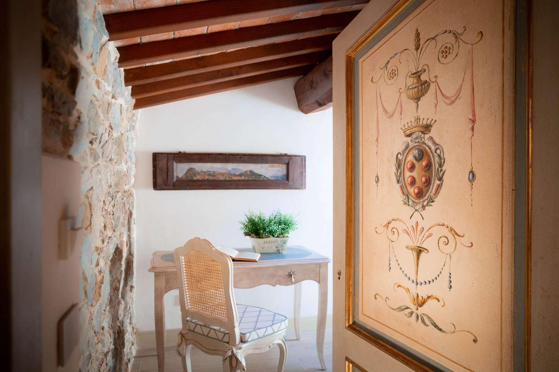 porta della camera dell'agriturismo decorata a mano