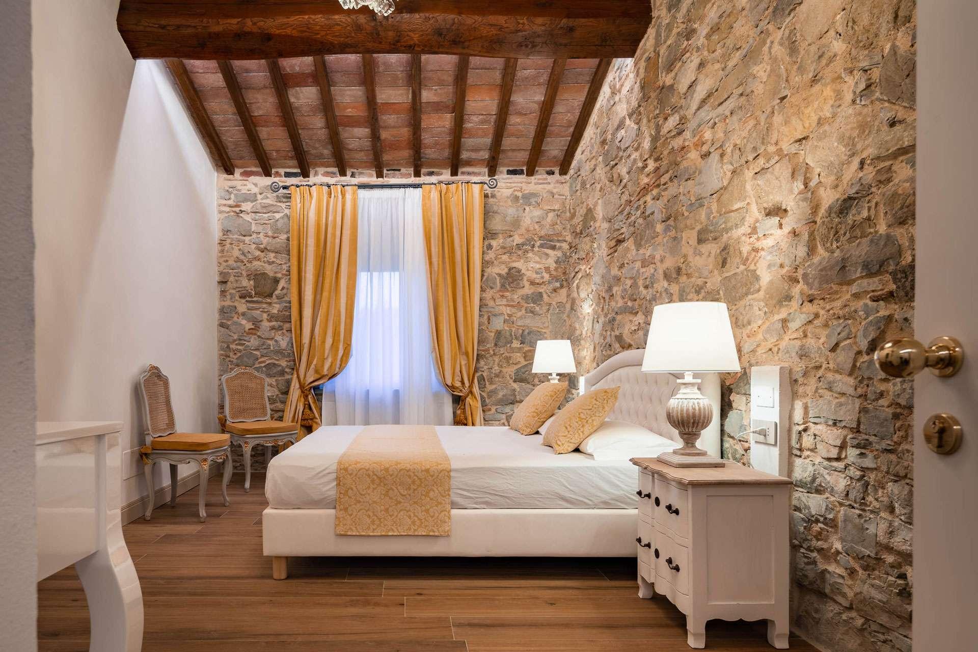 una delle camere con vista in campagna vicino a Firenze, con muri in pietra a vista