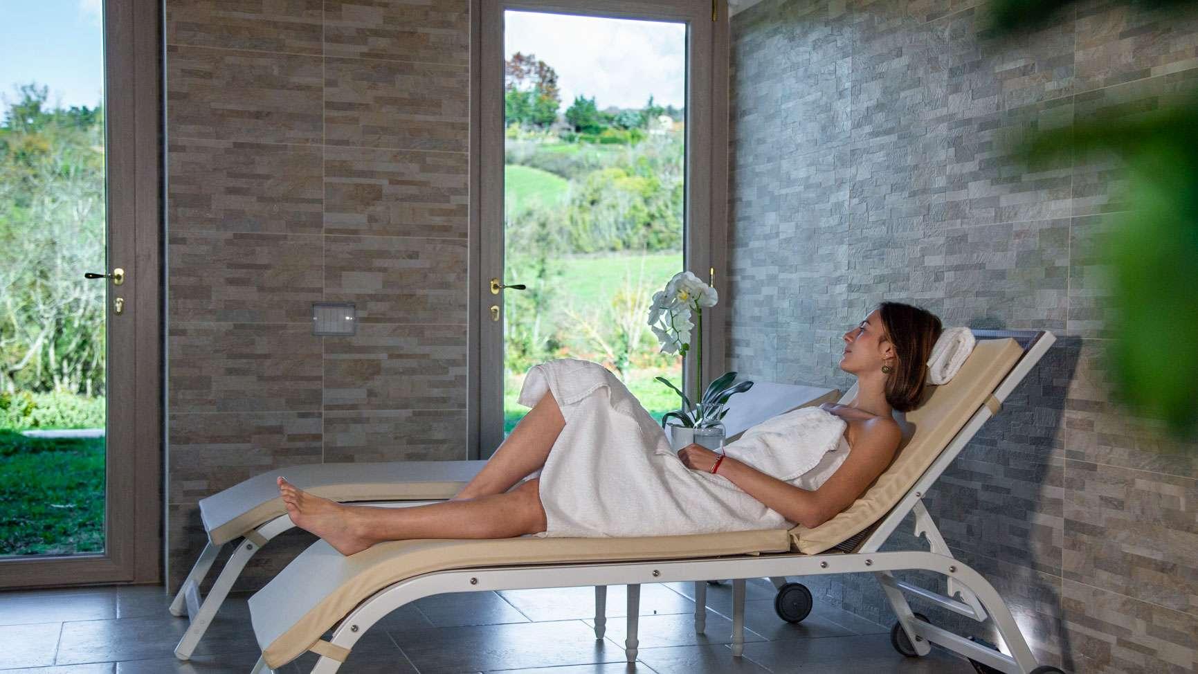 ragazza che si rilassa nel nostro Centro benessere & Spa vicino a Firenze
