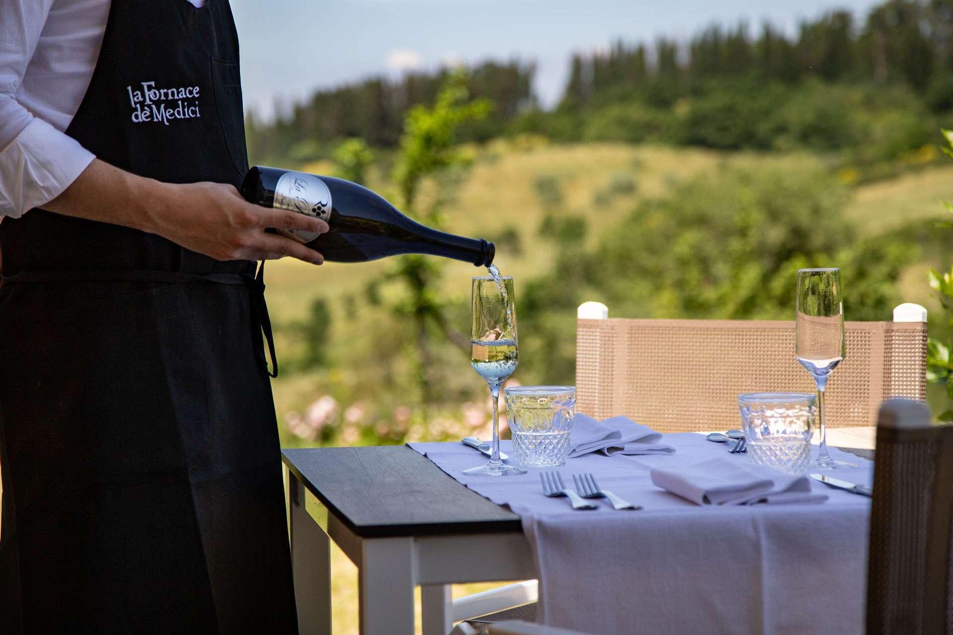 champagne sul tavolo del ristorante all'aperto in mugello