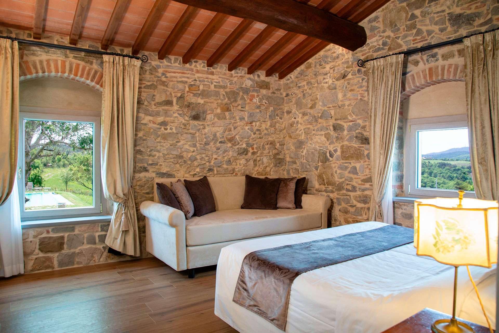 Camera con 2 finestre convista sul Mugello e sulla piscina